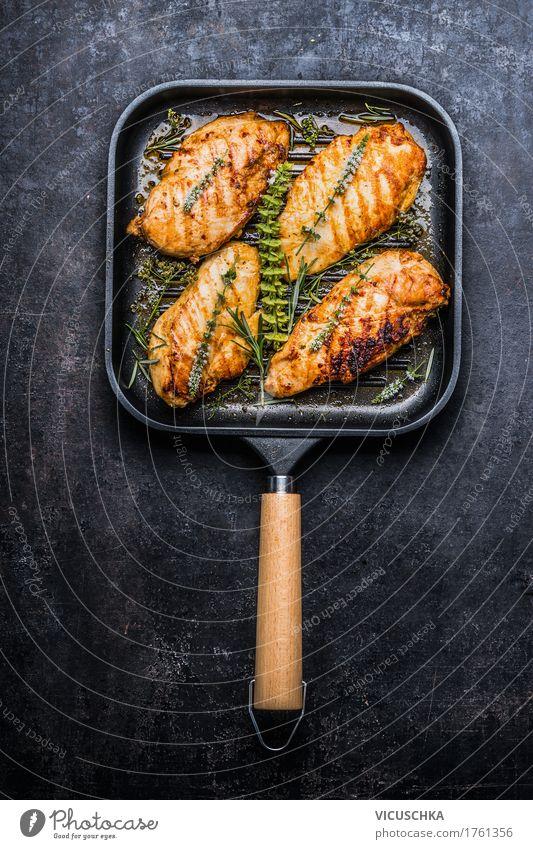 Gebratene Hähnchenbrust in Grillpfanne mit frischen Kräutern Gesunde Ernährung dunkel Speise Foodfotografie Essen Stil Lebensmittel Design Kräuter & Gewürze