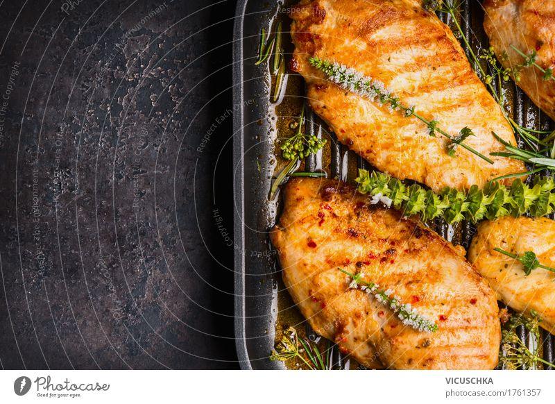 Gebratene Hähnchenbrust in Grillpfanne mit frischen Kräutern Gesunde Ernährung dunkel Foodfotografie Leben Stil Lebensmittel Design Kräuter & Gewürze