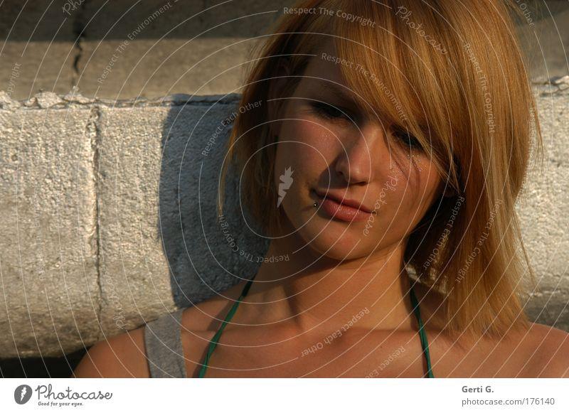 lean*on Gesicht Frau Junge Frau jugendlich jung rothaarig Haare & Frisuren schulterlang schön natürlich sonnengebräunt neutral Schatten Sonnenlicht bikiniträger