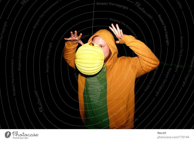 Magie gelb Zauberei u. Magie Schweben Nacht schwarz grün Mann lustig Blick Hand Junger Mann Erwachsene Zauberer Freisteller Vor dunklem Hintergrund