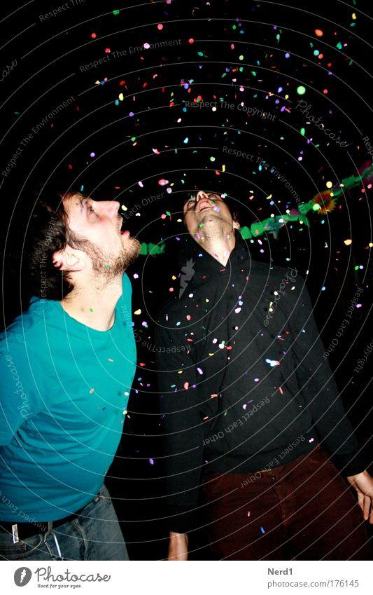 Party!!!!!!!! Mann blau schwarz Party Feste & Feiern Geburtstag Mensch Nacht 18-30 Jahre staunen Konfetti Nachtleben Ausgelassenheit Wunschvorstellung Girlande Junger Mann