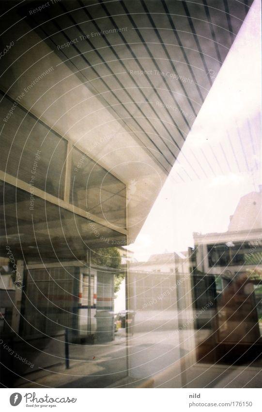 Analoges Bilderwirrwarr Farbfoto Gedeckte Farben Außenaufnahme Experiment Menschenleer Tag Reflexion & Spiegelung Starke Tiefenschärfe Stadt Werkstatt