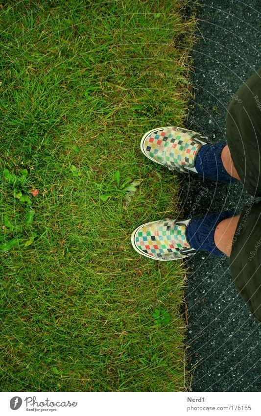 Rasenkante Schuhe kariert Grenze Begrenzung Fuß mehrfarbig grün Vogelperspektive Chucks Shorts Textfreiraum links Textfreiraum oben Textfreiraum unten