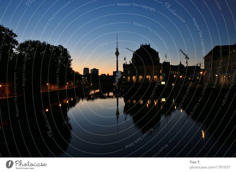 Berlin am Morgen Fluss Spree Stadt Hauptstadt Stadtzentrum Skyline Menschenleer Haus Sehenswürdigkeit Fernsehturm Museum Beginn Farbfoto Außenaufnahme