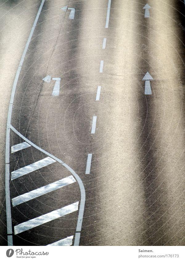 Bekannte Lebenssituation Straße Wege & Pfade Verkehr nachdenklich Ende Pfeile Verkehrswege Mobilität Situation links Straßenverkehr Straßenkreuzung Entscheidung