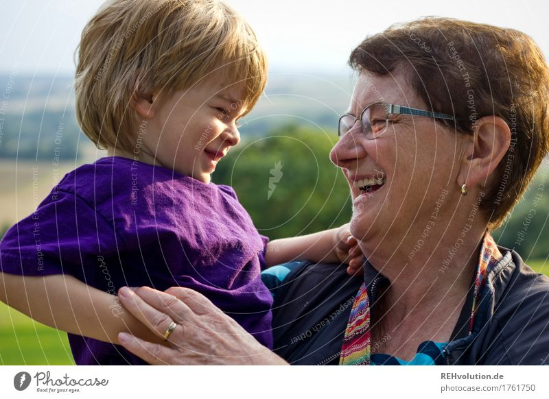 oma und enkel lachen zusammen Mensch maskulin feminin Kind Kleinkind Junge Frau Erwachsene Weiblicher Senior Großmutter Familie & Verwandtschaft Kindheit 2