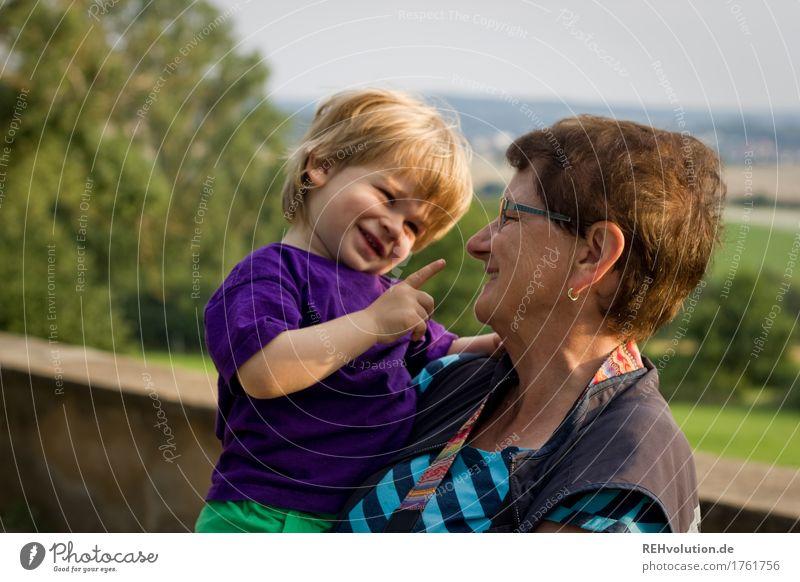 Oma hat ihren enkel auf dem Arm Mensch maskulin feminin Frau Erwachsene Weiblicher Senior Großmutter Kindheit 2 1-3 Jahre Kleinkind 60 und älter Umwelt Natur