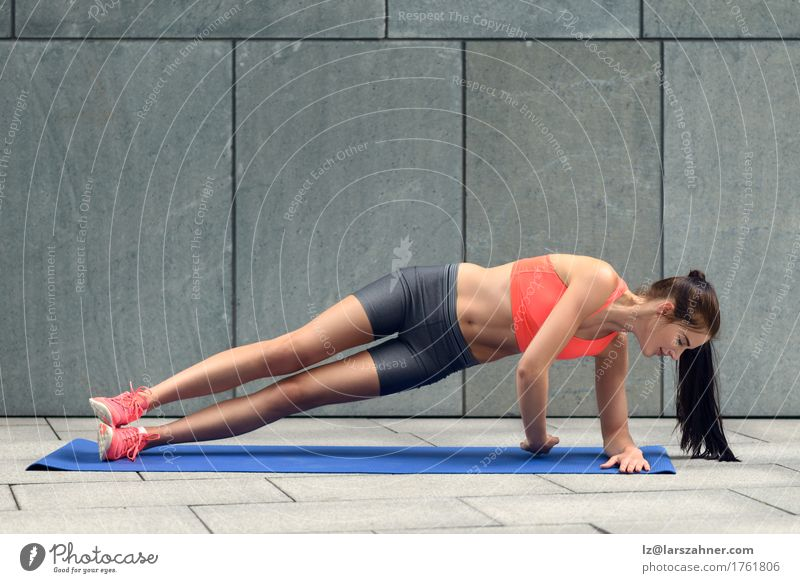 Geeignete junge Frau, die Seitenplanken tut Mensch Jugendliche 18-30 Jahre Erwachsene Sport Lifestyle Textfreiraum Körper Fitness brünett Entwurf üben