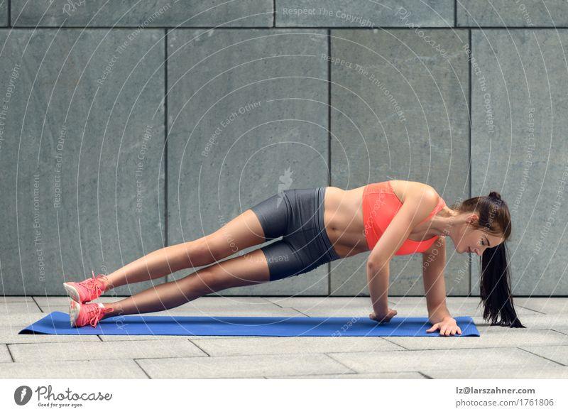 Mensch Frau Jugendliche 18-30 Jahre Erwachsene Sport Lifestyle Textfreiraum Körper Fitness brünett Entwurf üben Schiffsplanken Unterlage Körpergewicht