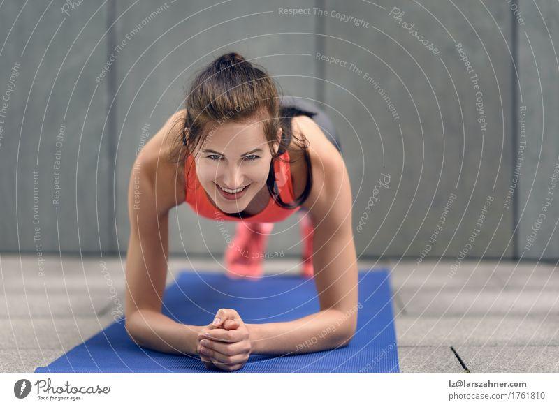 Mensch Frau Jugendliche 18-30 Jahre Gesicht Erwachsene Sport Lifestyle Glück Textfreiraum Körper Lächeln Fitness brünett Entwurf üben
