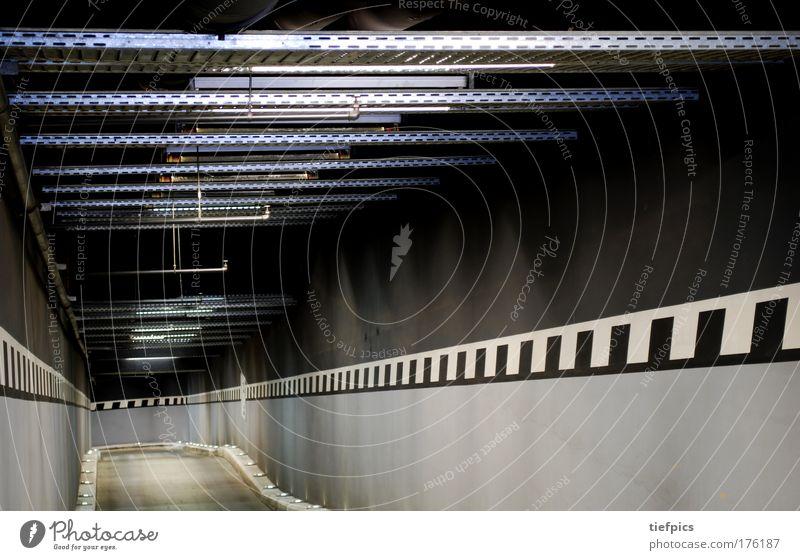 tunnelblick Stadt weiß Einsamkeit schwarz kalt Wand Mauer grau trist ästhetisch Beton Streifen Sauberkeit Neonlicht stagnierend parken