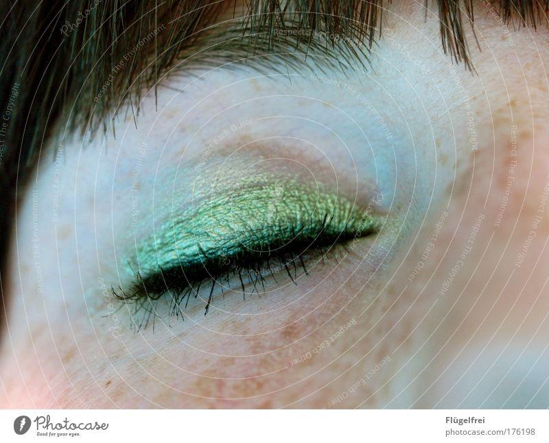 Eyecatcher feminin Auge 1 Mensch 18-30 Jahre Jugendliche Erwachsene Blick Lidschatten grün geschminkt Sommersprossen Pony Wimperntusche Nase Gesicht Frau
