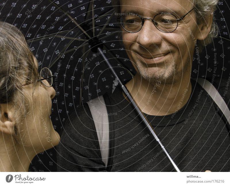 Paar mit Schirm er lächelt sie verliebt an Flirten Lächeln Frau Mann Regenschirm Freundschaft Partner Brille Gefühle Stimmung Zufriedenheit Vertrauen