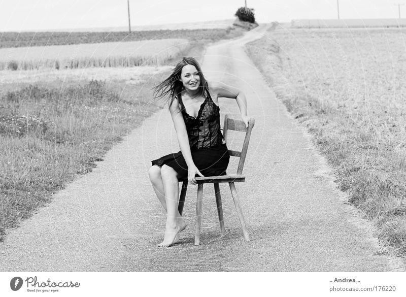 Black Beauty feminin Junge Frau Jugendliche 1 Mensch 18-30 Jahre Erwachsene Landschaft Feld Straße Wege & Pfade sitzen schwarz weiß Stuhl im Grünen Pause
