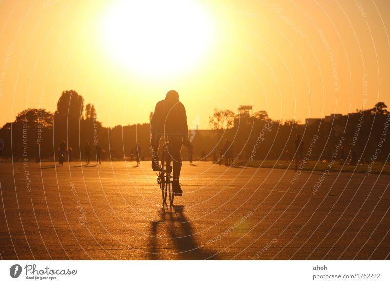 Tempelhofer Feld #6 Lifestyle Freude Freizeit & Hobby Freiheit Sommer Sonne Fahrradfahren Feierabend Natur Landschaft Sonnenaufgang Sonnenuntergang Sonnenlicht