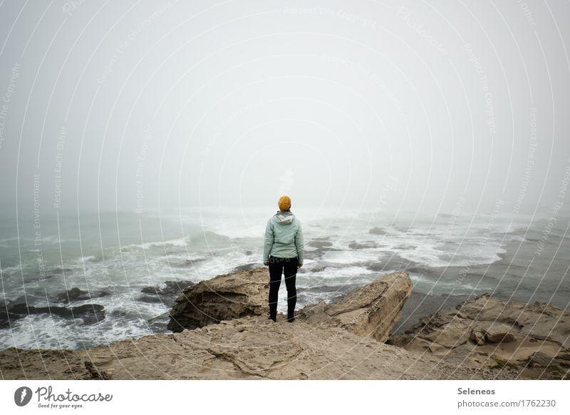 kurzsichtig Mensch Natur Ferien & Urlaub & Reisen Landschaft Meer Ferne Strand Umwelt Herbst Küste Freiheit Felsen Tourismus Nebel Wellen Ausflug