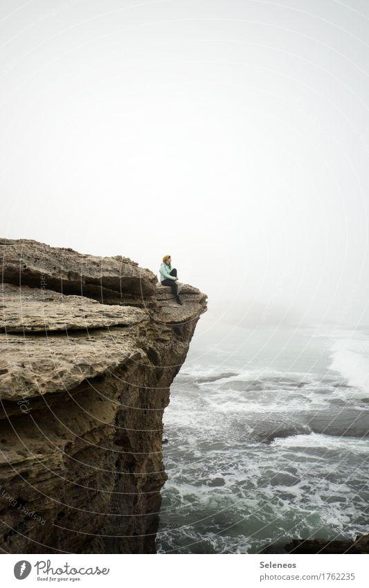 Schöne Aussicht Mensch Frau Natur Ferien & Urlaub & Reisen Wasser Meer Erholung Ferne Strand Erwachsene Umwelt kalt Küste Freiheit Felsen Tourismus