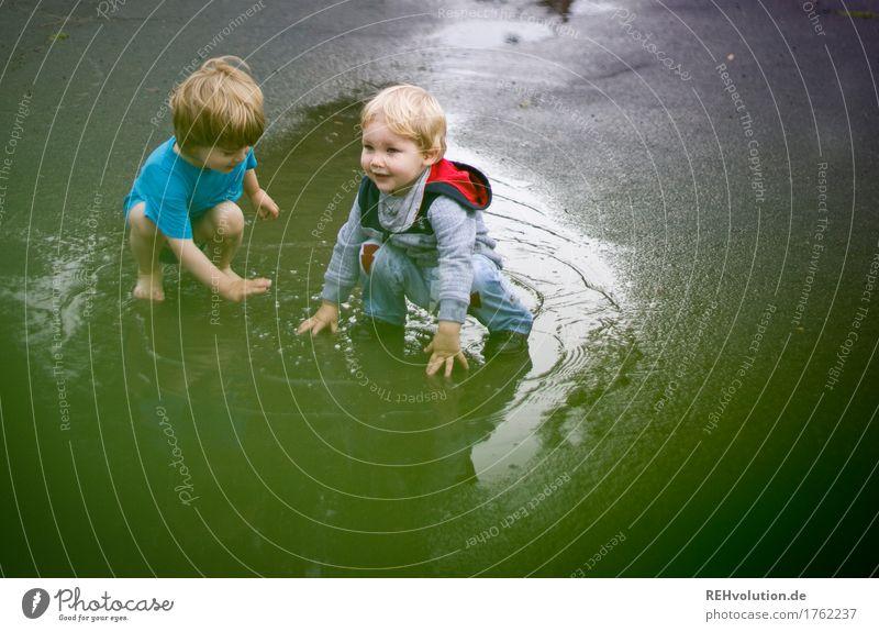 Pfützenspaß Mensch maskulin Kind Kleinkind Junge 2 1-3 Jahre Sommer schlechtes Wetter Regen Straße Wasser Spielen authentisch außergewöhnlich Fröhlichkeit Glück