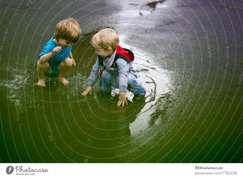 allerbeste Freunde Mensch Kind Sommer grün Wasser Freude Junge Spielen Familie & Verwandtschaft klein Glück Schwimmen & Baden Zusammensein Freundschaft maskulin Wetter