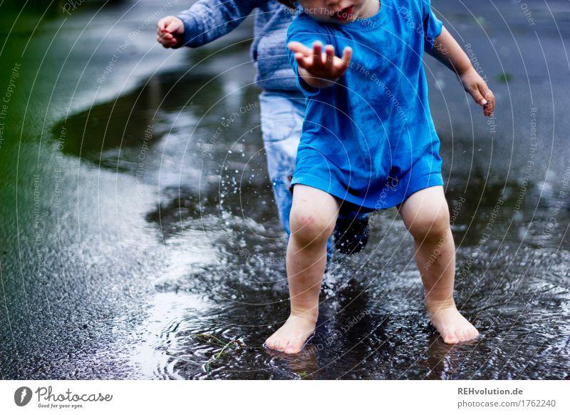 Pfützenspaß Spielen Mensch maskulin Kind Kleinkind Junge Freundschaft Kindheit 2 1-3 Jahre Wasser Freude nass spritzen Regen Wetter Sommer Zusammensein Barfuß