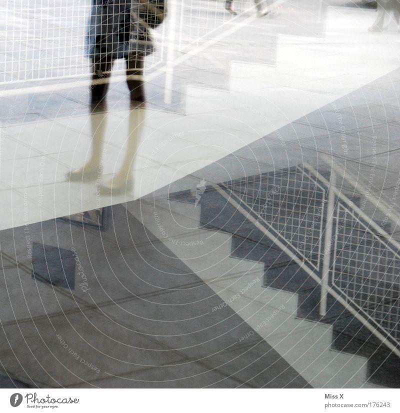 Spiegelces mit langen dürren Beinen Mensch Jugendliche Stadt Haus Erwachsene Fenster feminin Wege & Pfade Architektur Gebäude Fuß gehen 18-30 Jahre Fassade
