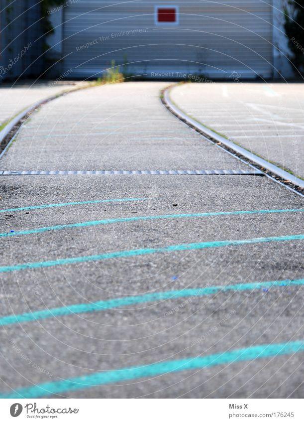 Ende im Gelände alt Stadt Haus Einsamkeit Straße dunkel Wand Mauer Gebäude Verkehr Fabrik Gleise Bauwerk Industrieanlage
