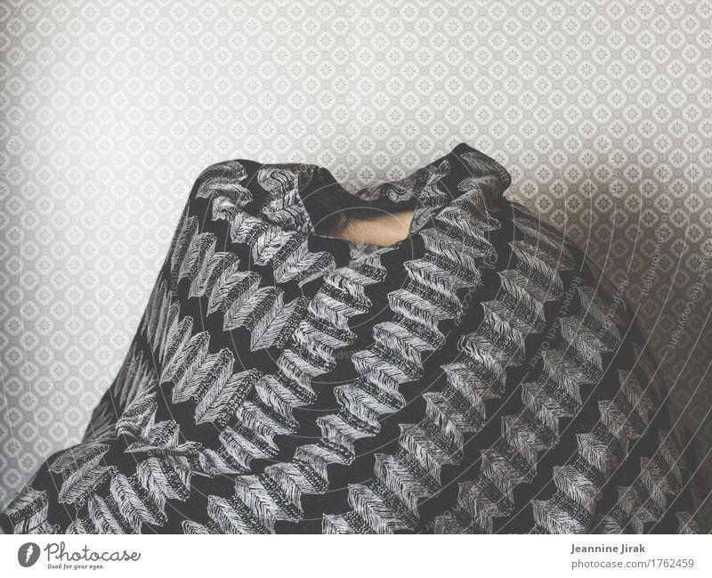 Hülle ohne Fülle Mensch kalt Traurigkeit feminin Angst Schutz verstecken Irritation Sorge Identität Scham Versteck Umhang Feigheit Strickmuster