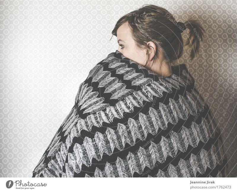 wird geprüft Mensch kalt Traurigkeit feminin Kopf sitzen warten beobachten Schutz Platzangst frieren Zopf Schüchternheit Umhang Strickmuster Strickpullover