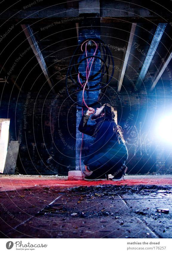 FLATERATE-SAUFEN Jugendliche rot Freude Erwachsene dunkel maskulin Lifestyle Bodenbelag trist trinken 18-30 Jahre Fabrik Bar Säule Ruine Alkohol