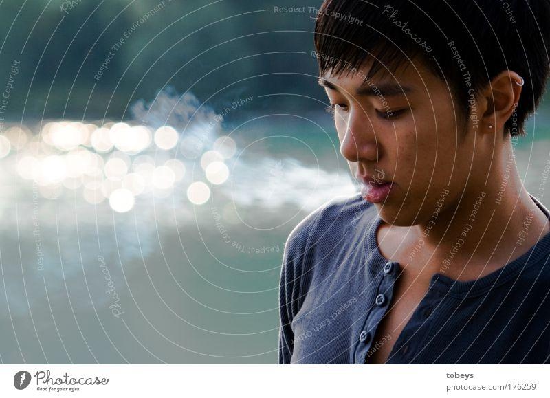 Duc Jugendliche ruhig Erholung Leben Junger Mann Gefühle Freiheit Traurigkeit Denken träumen maskulin Zufriedenheit ästhetisch T-Shirt genießen Rauchen