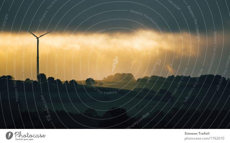 Energie Fortschritt Zukunft Energiewirtschaft Erneuerbare Energie Windkraftanlage Energiekrise Landschaft Wolken Sonne Hügel Metall modern nachhaltig natürlich