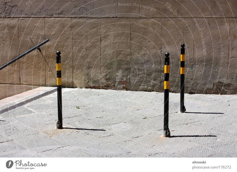 Hindernisse Stadt Straße Wand Mauer hell Fassade Treppe Barriere Treppengeländer Toskana Begrenzung Poller Siena
