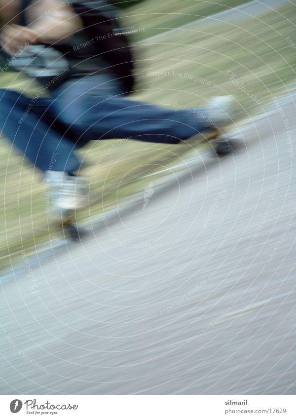 in action I Skateboarding Aktion Freizeit & Hobby Geschwindigkeit Asphalt Sport longboarden fun Jeanshose Rolle