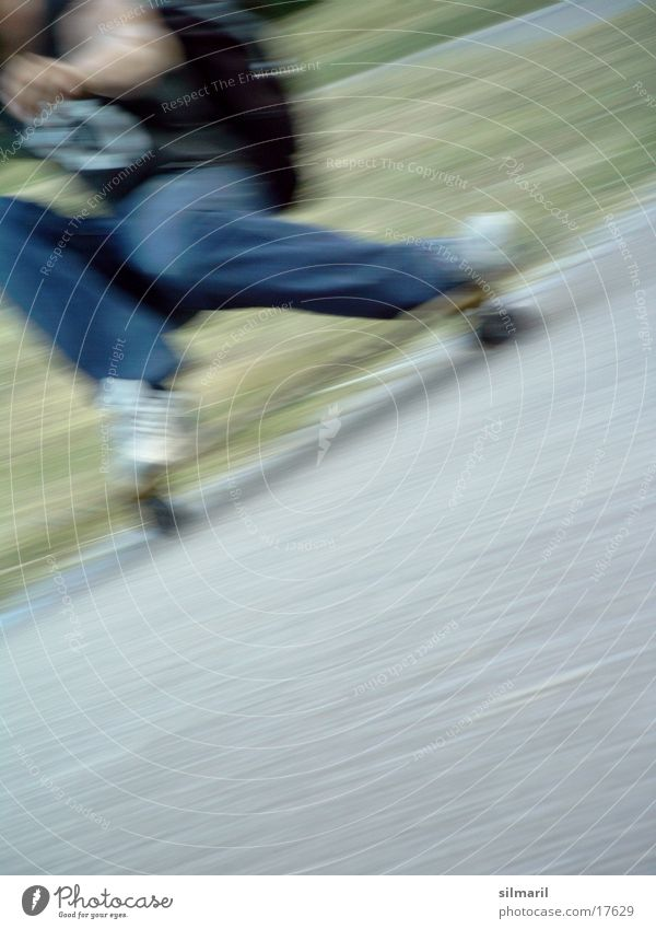 in action I Sport Geschwindigkeit Aktion Jeanshose Freizeit & Hobby Asphalt Skateboarding Skateboard Rolle