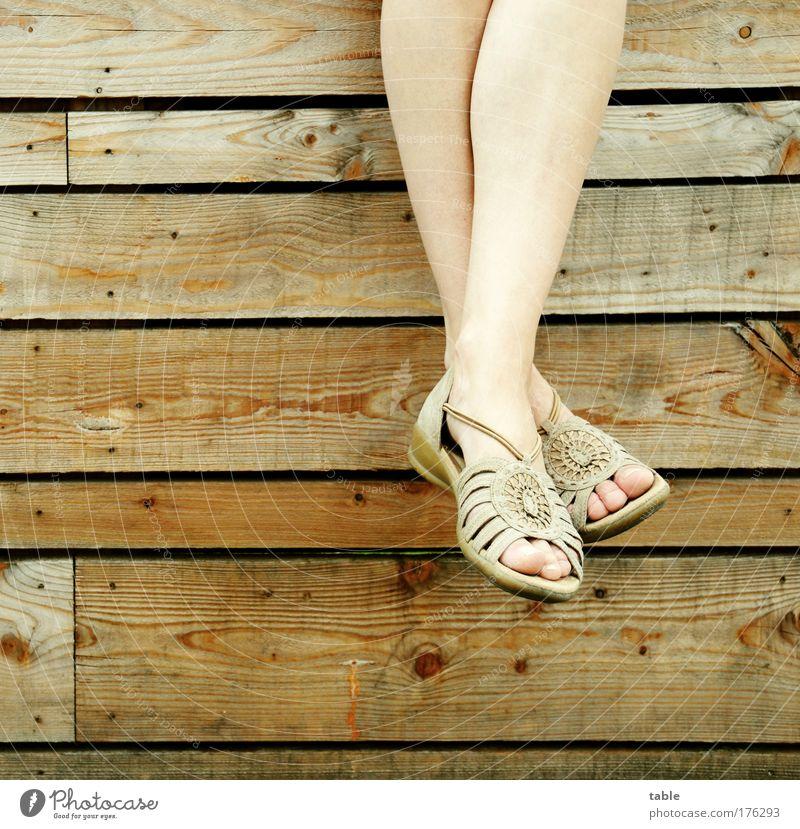 baumeln lassen Farbfoto Gedeckte Farben Stil Freude schön Wohlgefühl Zufriedenheit Erholung ruhig Frau Erwachsene Beine Fuß Zehen Schuhe Sommerschuh Holz Leder