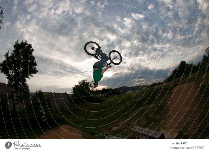 Backflip in the backyard Mensch Jugendliche grün blau Freude Sport grau Fahrrad Erwachsene maskulin Lifestyle Coolness fahren drehen Freestyle Fischauge