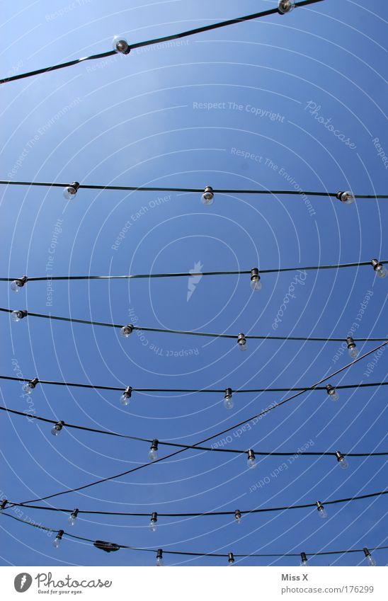 Stromsparen schwer gemacht Feste & Feiern Energie Elektrizität leuchten Laterne Jahrmarkt Veranstaltung Schönes Wetter Glühbirne Wolkenloser Himmel Lampion Energie sparen
