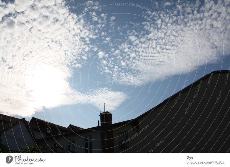 Wer heizt schon im Sommer? Himmel blau weiß schön Wolken schwarz Haus Erholung Fenster Wand Gebäude Mauer Luft Stimmung elegant