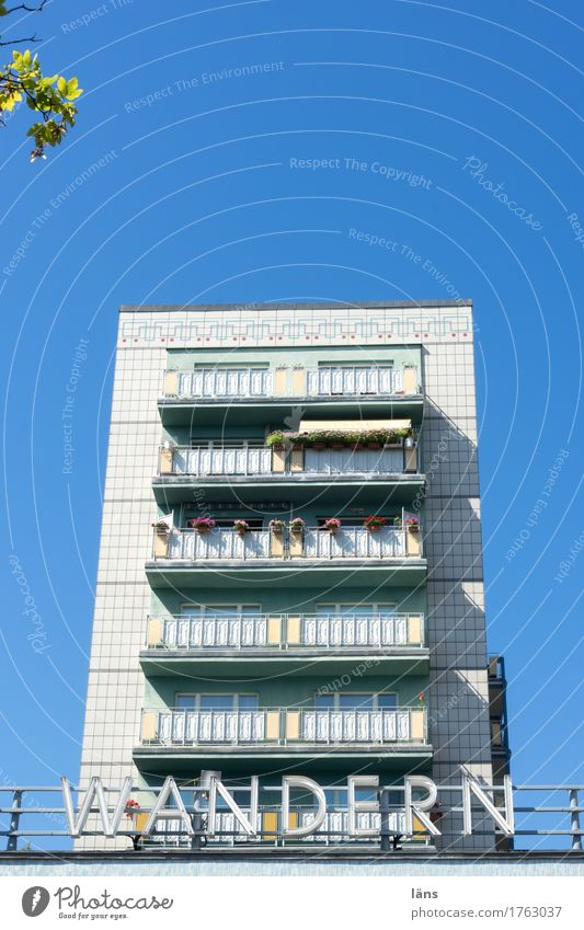Photocase Tag l schöne Platte Haus Himmel Häusliches Leben Plattenbau Balkon Schriftzeichen wandern Berlin Schönes Wetter