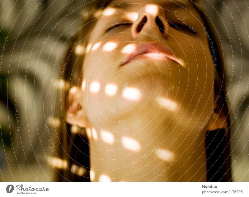 Lichtstreicheleinheit Farbfoto Innenaufnahme Experiment Muster Abend Schatten Unschärfe Porträt Blick nach oben geschlossene Augen schön Wellness harmonisch