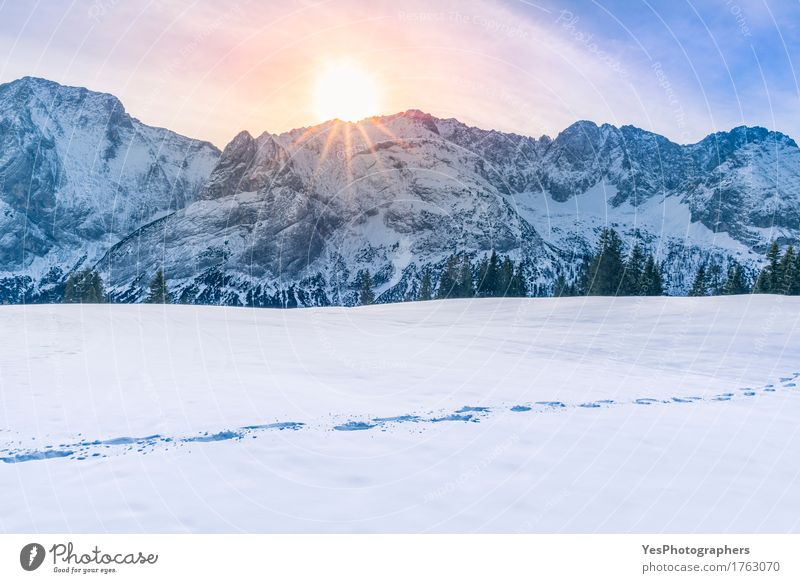 Sun scheint über Berggipfel und Schnee blau weiß Sonne Baum ruhig Freude Berge u. Gebirge kalt Freiheit hell Wetter frisch Europa Fußweg Gipfel Alpen