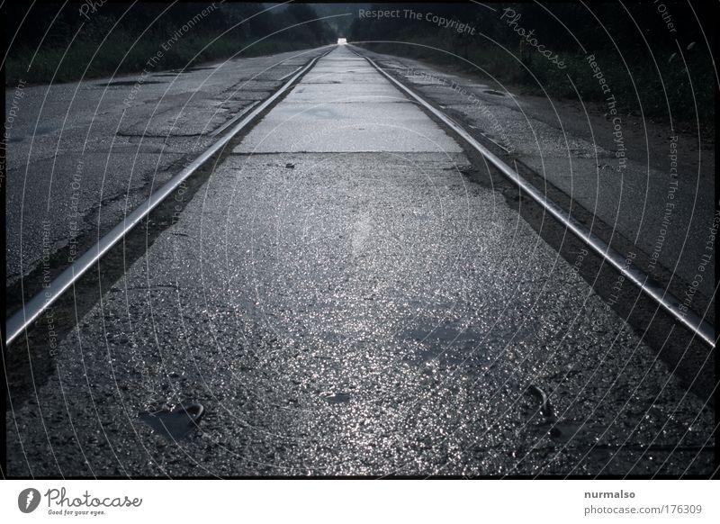 Punktgenau Ferne Straße Stein Horizont Verkehr Eisenbahn fahren fest Gleise historisch Stahl skurril Bahnhof eckig Personenverkehr