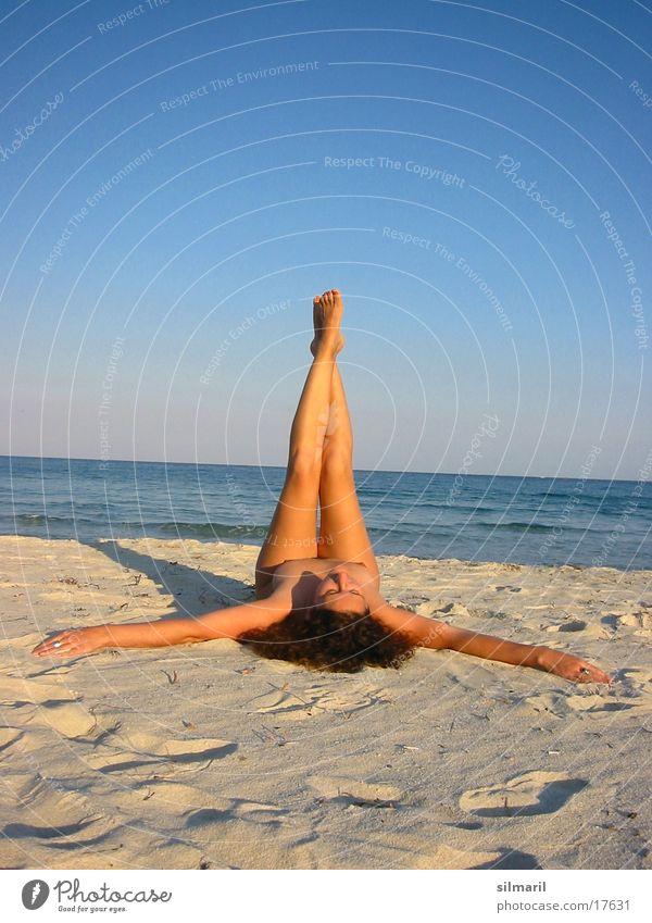 Hoch die Beine I Erholung Freizeit & Hobby Ferien & Urlaub & Reisen Strand Meer Frau Erwachsene Sand Wasser Fitness liegen Turnen Farbfoto