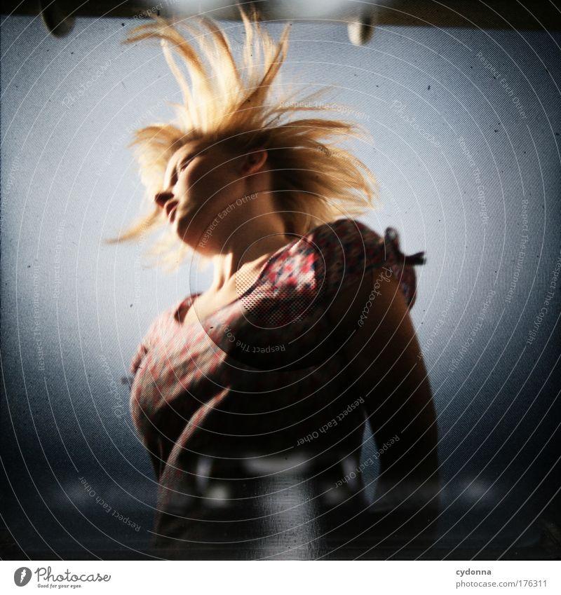 Fönfrisur Mensch Frau Himmel Jugendliche schön Sommer Freude Erwachsene Leben Gefühle Freiheit Bewegung Haare & Frisuren springen träumen Zeit
