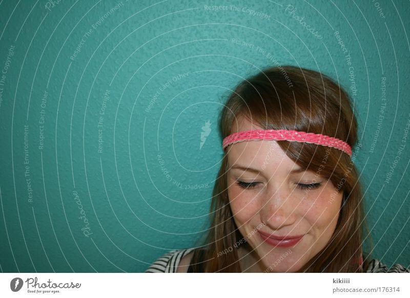 Think Pink Farbfoto Innenaufnahme Textfreiraum links Kunstlicht Blitzlichtaufnahme Kontrast Porträt Blick nach unten geschlossene Augen Freude Haare & Frisuren