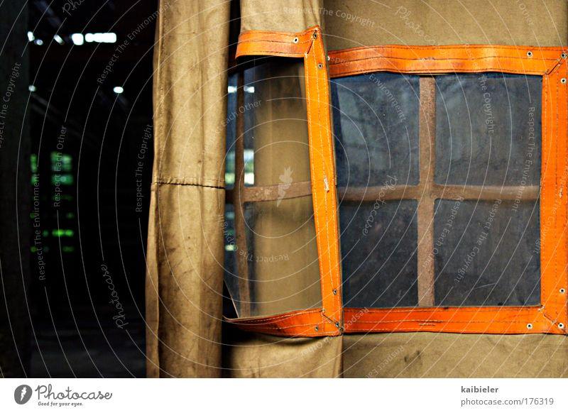 Vorhang auf! alt gelb Fenster braun orange dreckig retro Vergänglichkeit Neugier Verfall Vergangenheit Überraschung Industrieanlage rollen Durchgang