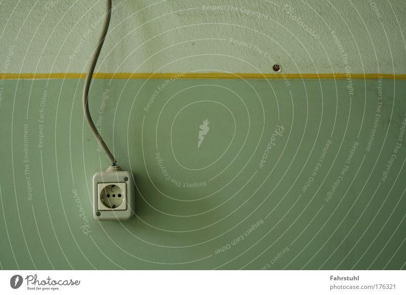 Steckdose Farbfoto Innenaufnahme Textfreiraum rechts Schatten Zentralperspektive Energiewirtschaft Mauer Wand Kunststoff kalt Tag