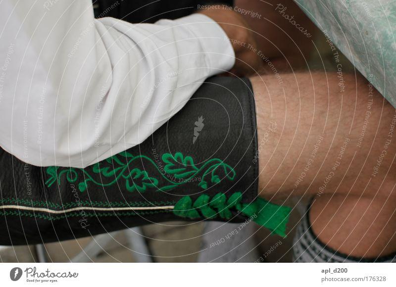 Oberbayern Mensch Mann alt grün schwarz Erwachsene Beine Zufriedenheit Arme sitzen maskulin ästhetisch authentisch 18-30 Jahre