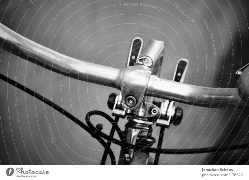 2radlenker I Lifestyle alt ästhetisch elegant Aluminium Schraube Fahrradlenker Bewegung alternativ Billig Fahrradbremse solide Schwarzweißfoto Außenaufnahme