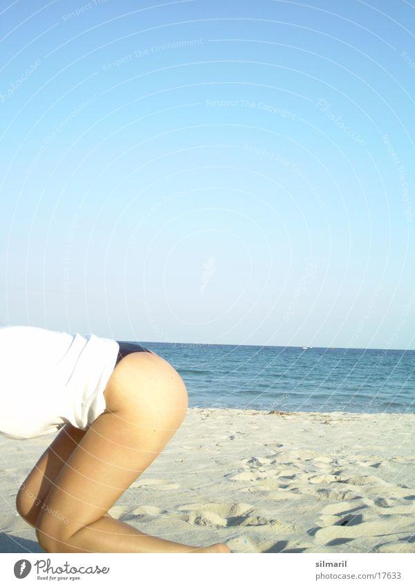 Wer krabbelt da durchs Bild? Strand Meer Frau Freizeit & Hobby Ferien & Urlaub & Reisen krabbeln Horizont Wasser Sand Erholung Fitness knien Turnen Hinterteil